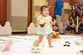 赤ちゃんヨチヨチ歩き競争
